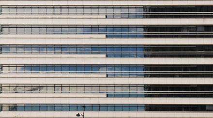 Façade horizontale panneaux blanc et verre