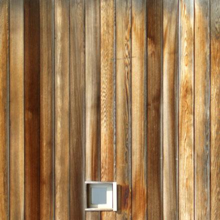 Bardage bois vertical avec fenêtre