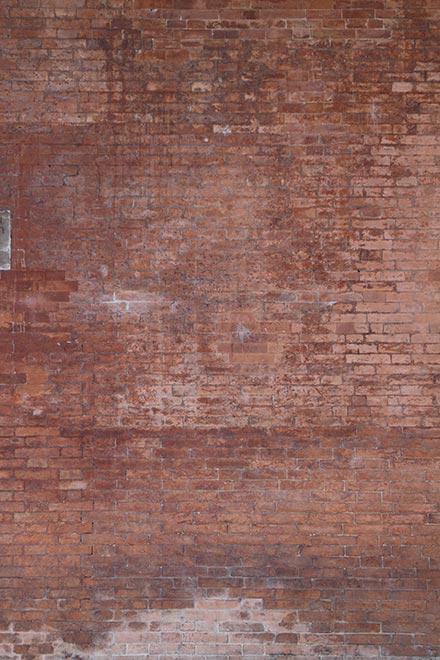 Haut mur de brique rouge délavé