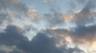 Ciel bleu contrasté avec nuages gris