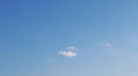 Ciel bleu et nuage seul