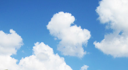 Ciel bleu nuages blancs