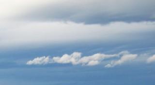 Ciel bleu et nuages épais gris