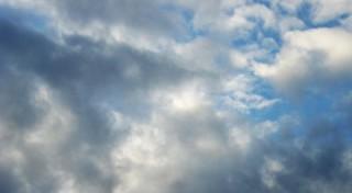 Ciel contrasté nuages gris et noirs