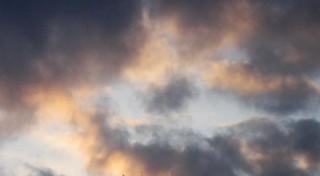 Ciel de soirée nuages gris rose