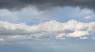 Ciel bleu avec nuages blancs et noirs