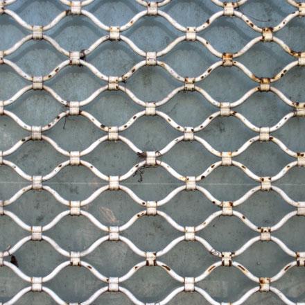 Rideau métallique et mur béton