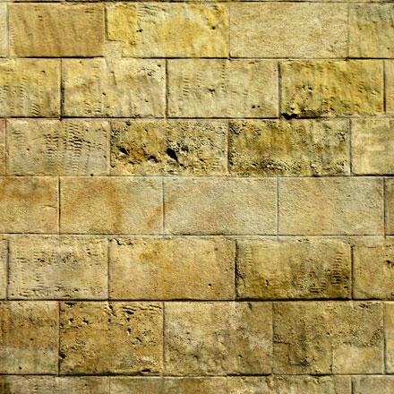 Mur de grands blocs de pierre calcaire jaune