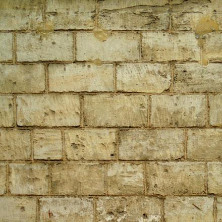 Mur de pierres calcaires jaune